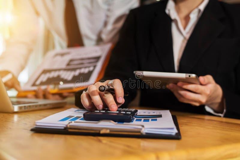 Homem de negócios e sócio que usa a calculadora e o portátil para a finança do cálculo, imposto, contabilidade imagem de stock