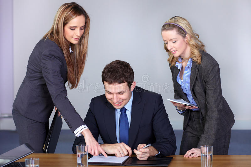 Homem de negócios e seus dois conselheiros fêmeas imagens de stock royalty free