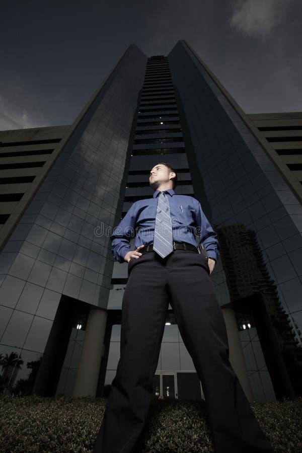 Homem de negócios e um prédio de escritórios foto de stock royalty free