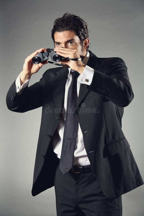 Homem de negócios elegante com binocular imagem de stock