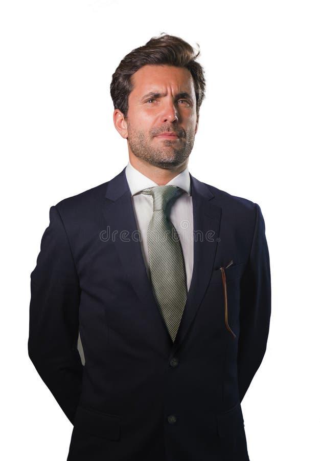 Homem de negócios elegante e considerável novo no terno e o laço que levantam para o retrato incorporado da empresa relaxado e se fotos de stock