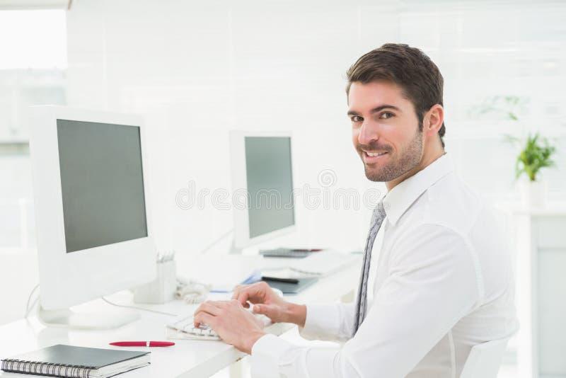 Homem de negócios elegante que datilografa no teclado fotografia de stock royalty free