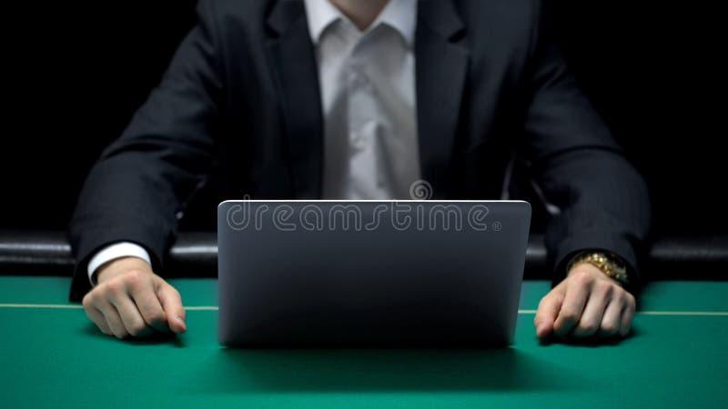 Homem de negócios em linha tenso do jogador na frente do portátil, Internet apostando jogos foto de stock royalty free