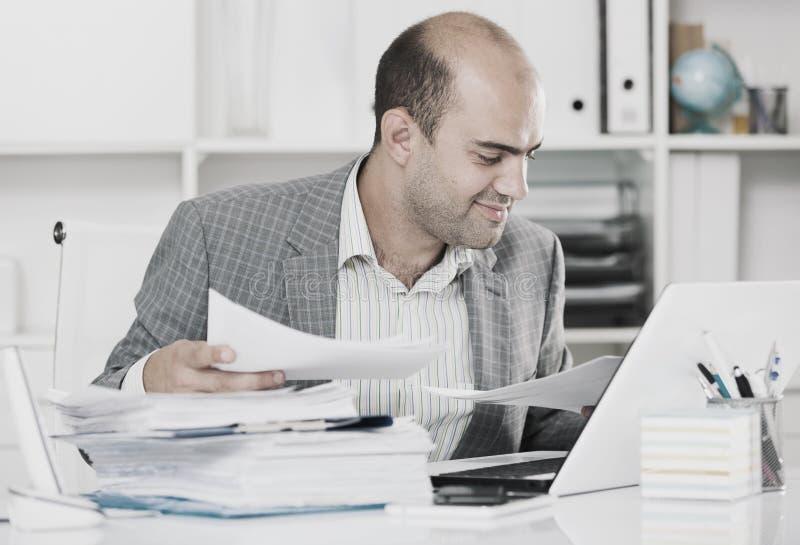 Homem de negócios em originais da visão da camisa na tabela fotos de stock royalty free