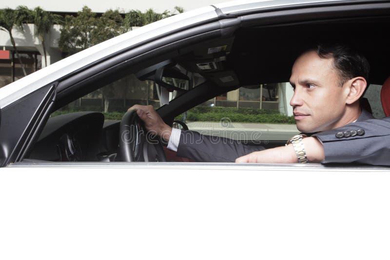 Homem de negócios em seu carro foto de stock