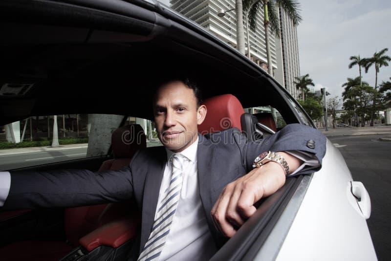 Homem de negócios em seu carro imagens de stock