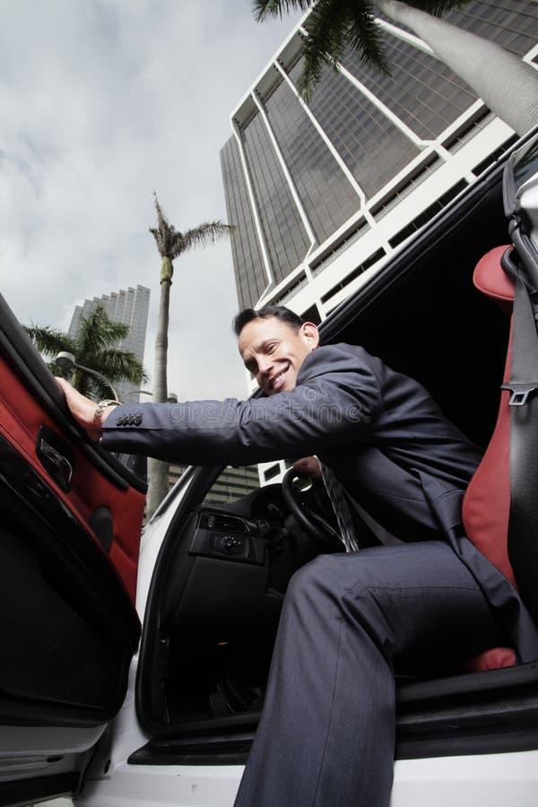 Homem de negócios em seu carro imagem de stock