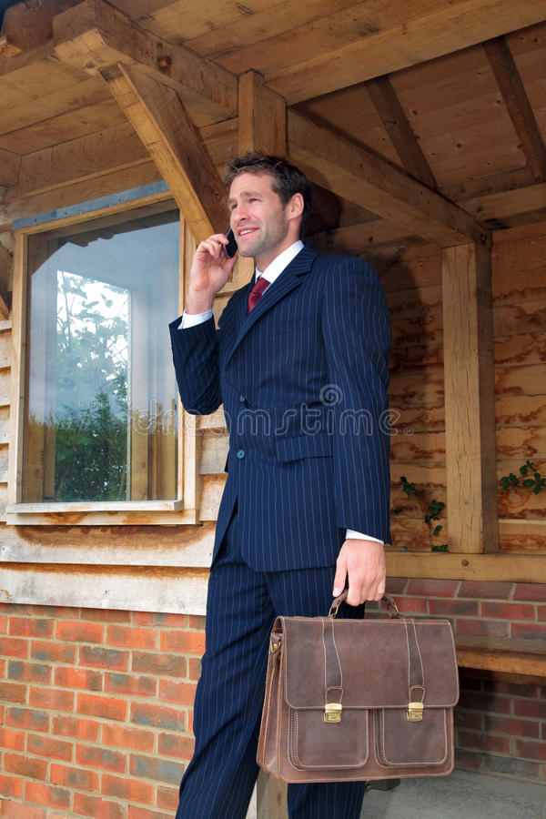 Homem de negócios em seu telefone móvel imagens de stock royalty free