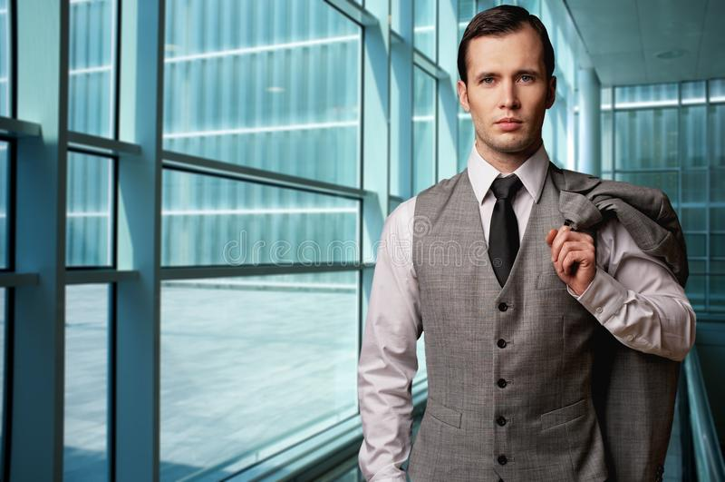 Homem de negócios em um edifício moderno fotos de stock royalty free
