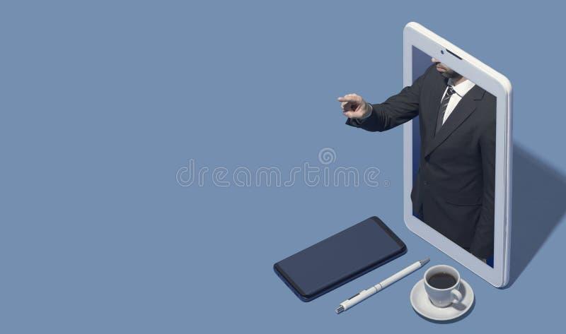 Homem de negócios em um smartphone que aponta no espaço vazio da cópia fotos de stock