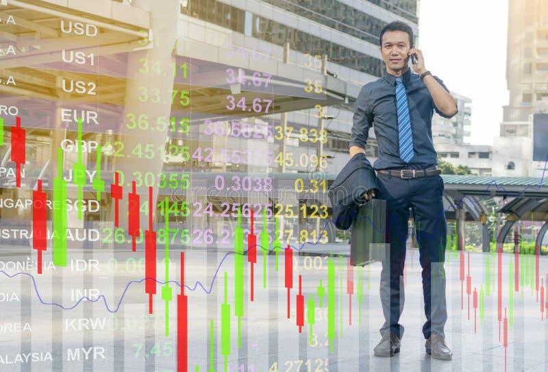Homem de negócios em um terno que fala no smartphone fotografia de stock royalty free