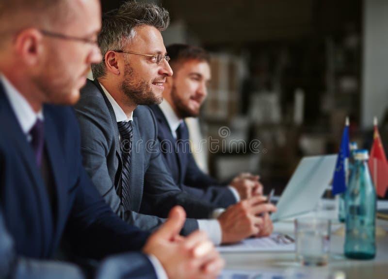 Homem de negócios em uma reunião foto de stock