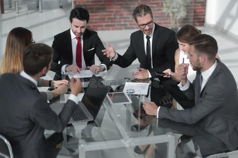 Homem de negócios em uma reunião de funcionamento com a equipe do negócio fotografia de stock royalty free
