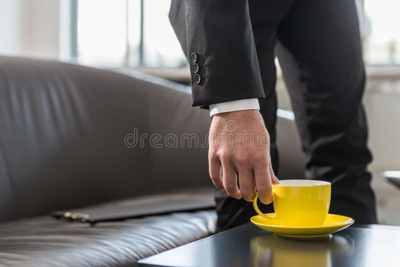 Homem de negócios em uma ruptura em seu escritório imagens de stock royalty free