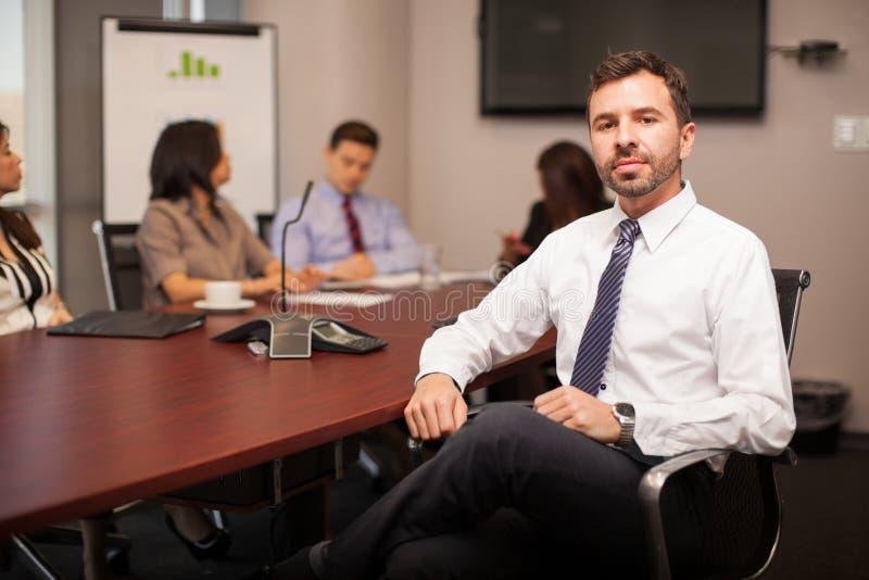Homem de negócios em uma sala de reunião imagem de stock royalty free