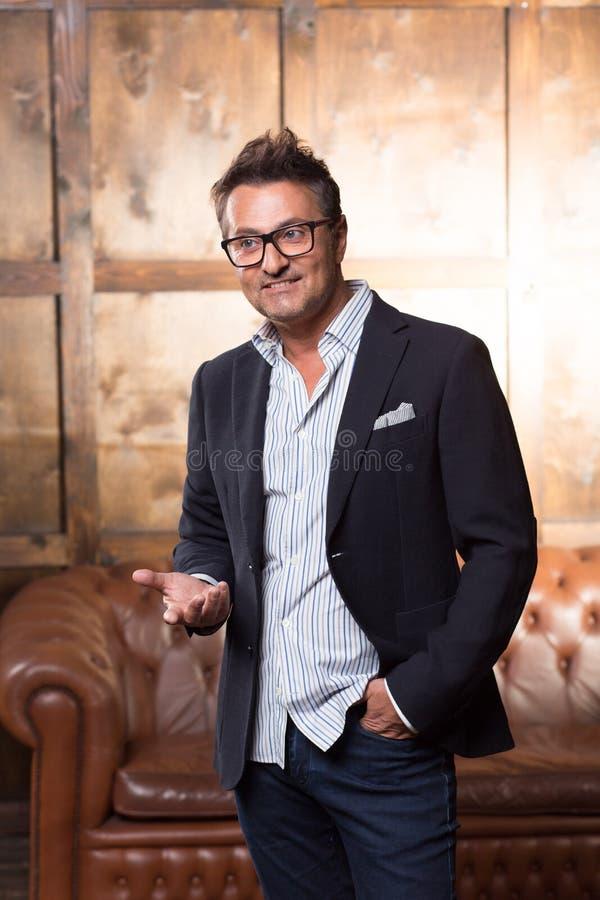 Homem de negócios emocional que usa gestos e sorriso foto de stock royalty free
