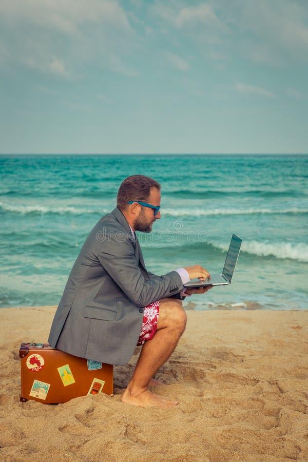 Homem de negócios engraçado na praia fotos de stock royalty free
