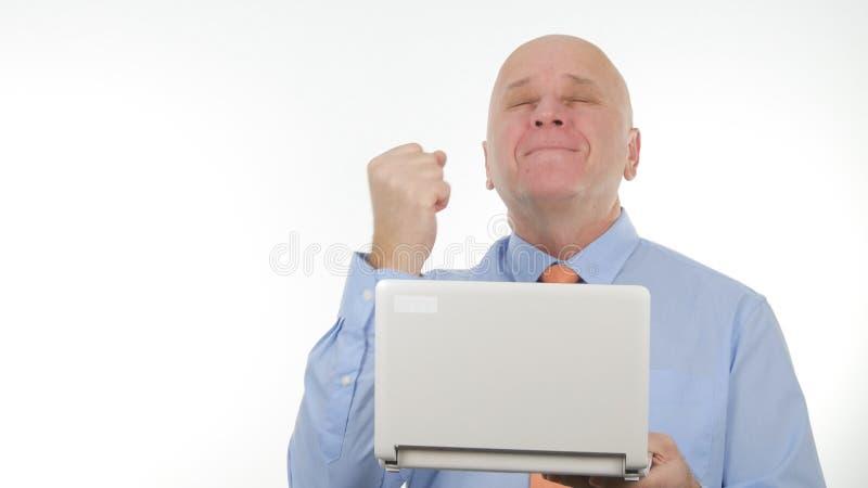 Homem de negócios entusiástico Use um portátil para uma comunicação e para gesticular feliz imagens de stock royalty free