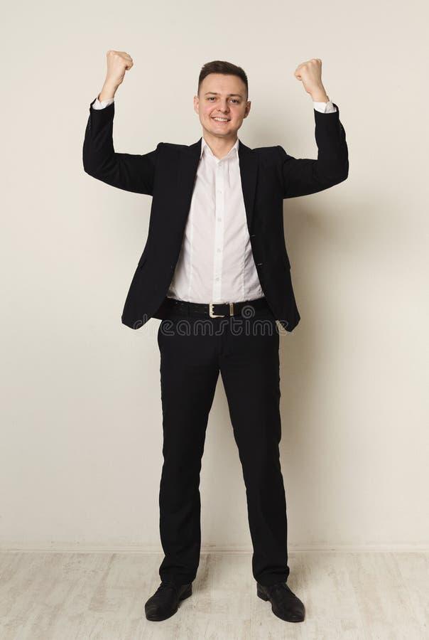 Homem de negócios entusiasmado muito contente ao sucesso fotografia de stock royalty free