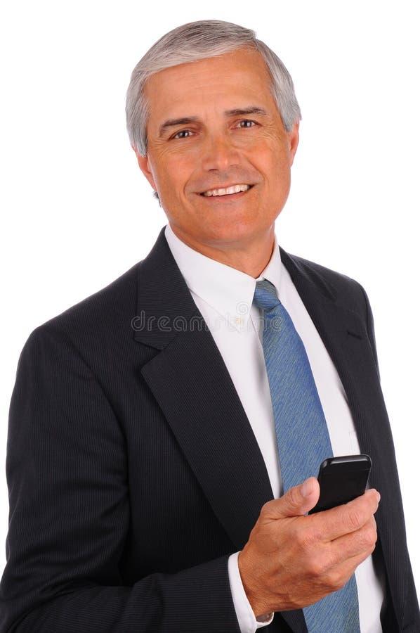 Homem de negócios envelhecido médio com telefone de pilha imagem de stock royalty free