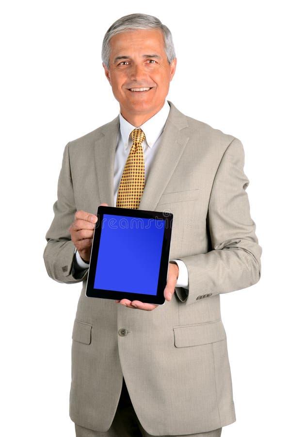 Homem de negócios envelhecido médio de sorriso com tabuleta foto de stock royalty free