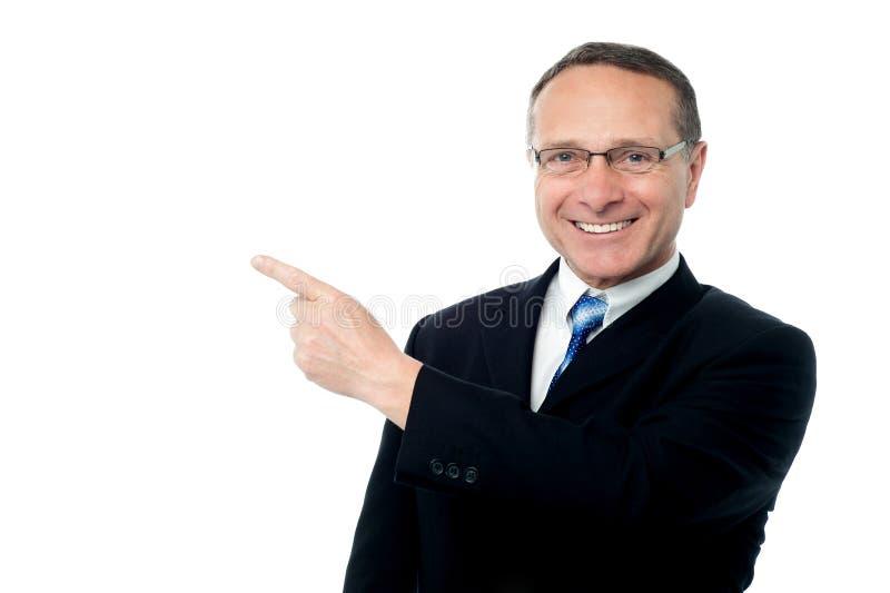Homem de negócios esperto que aponta afastado fotografia de stock