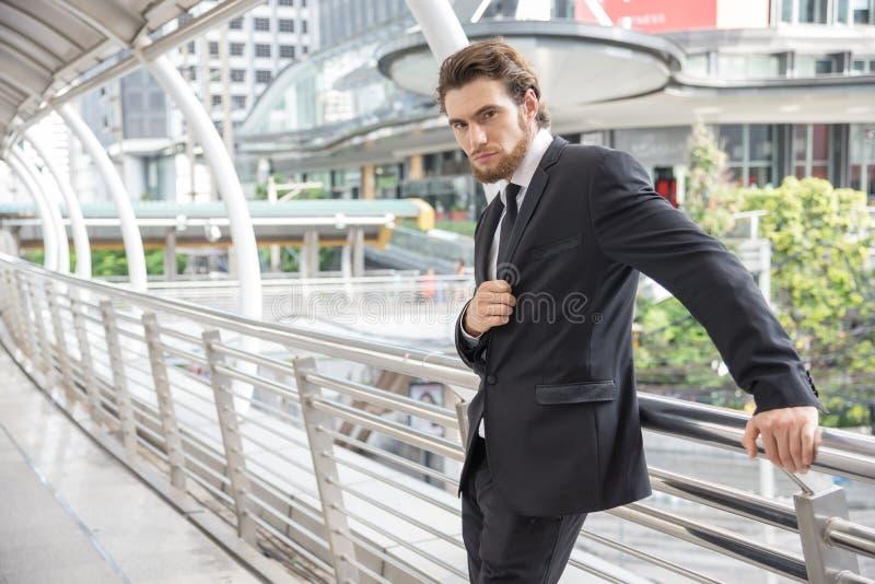 Homem de negócios esperto que levanta, foto do estilo do retrato, conceito do negócio fotos de stock