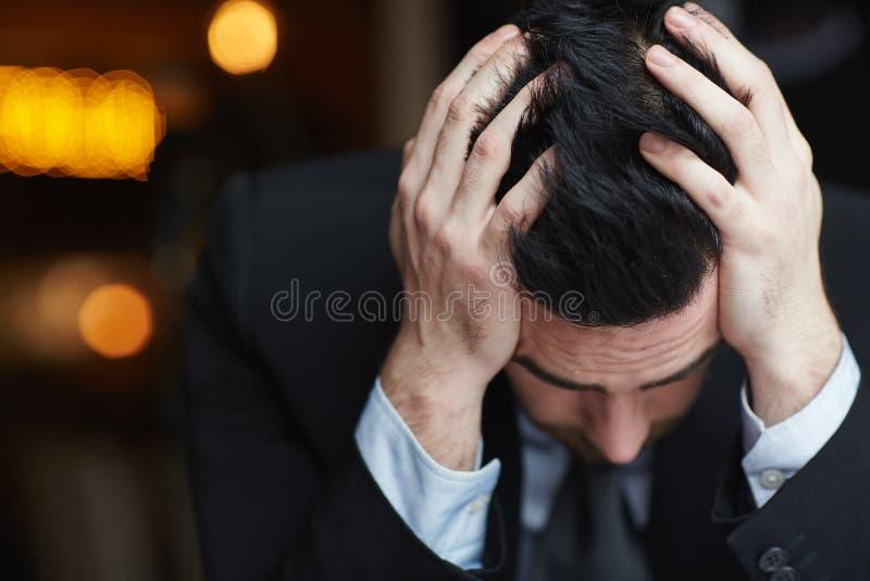 Homem de negócios extremamente forçado imagens de stock