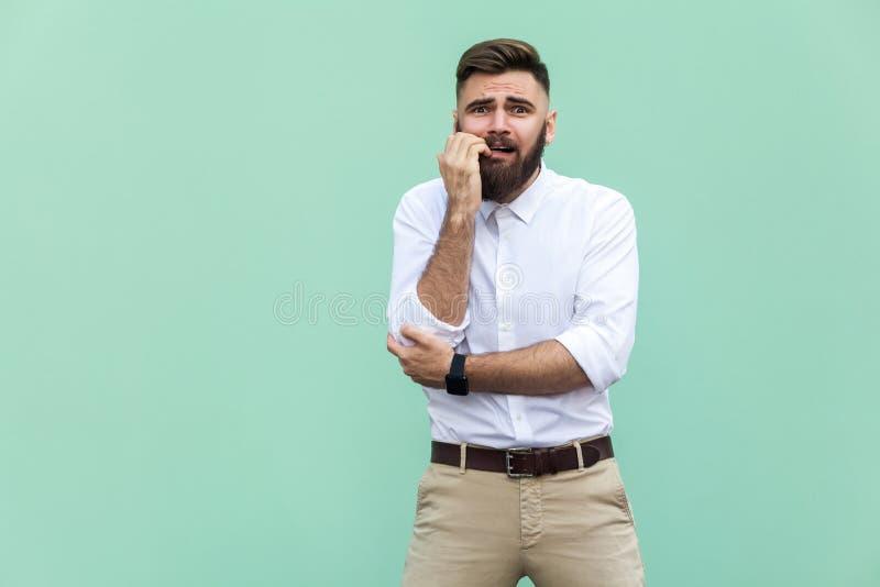Homem de negócios farpado à moda com warried Indivíduo do moderno que choca a cara, olhando a câmera Interno, tiro do estúdio, imagem de stock