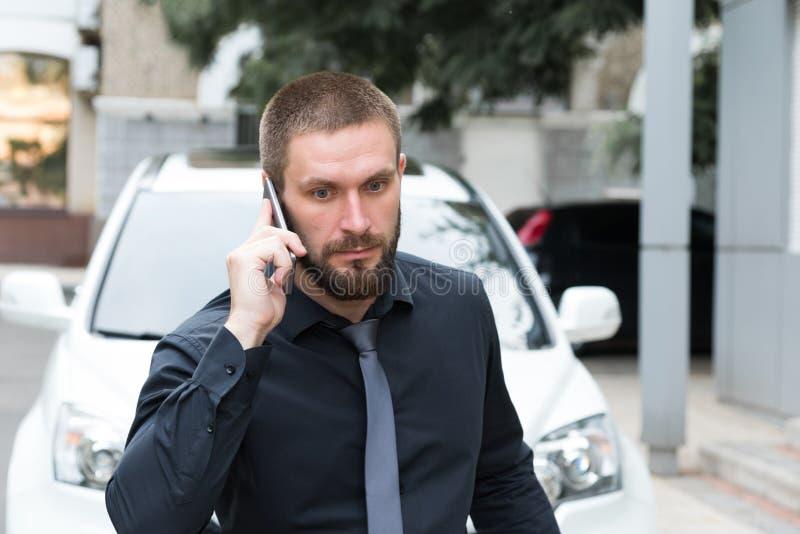 Homem de negócios farpado do homem que fala no telefone imagens de stock