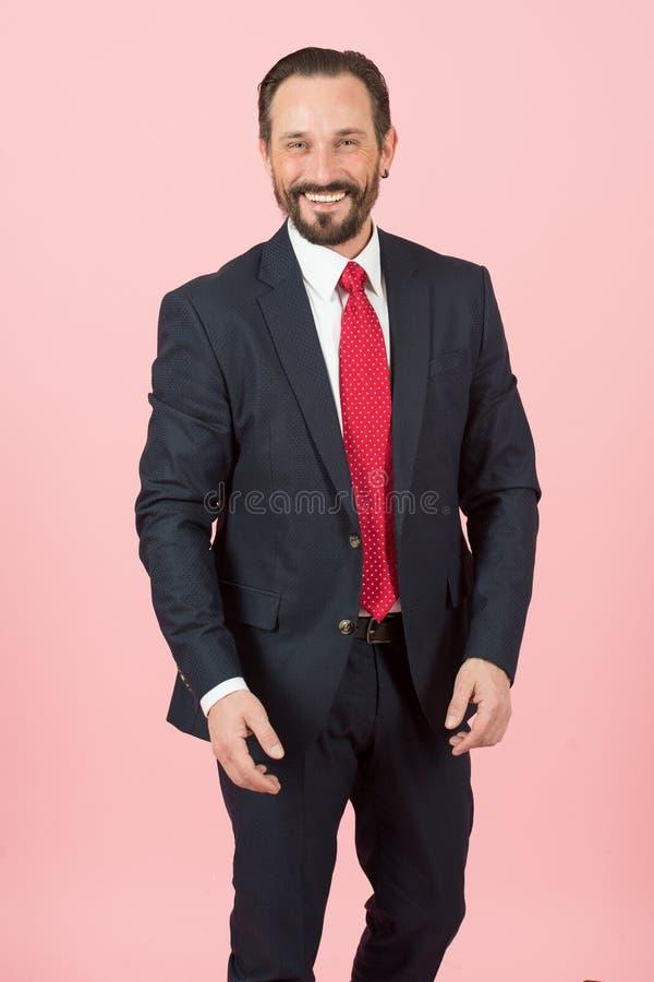 Homem de negócios farpado feliz isolado sobre o fundo cor-de-rosa imagem de stock royalty free