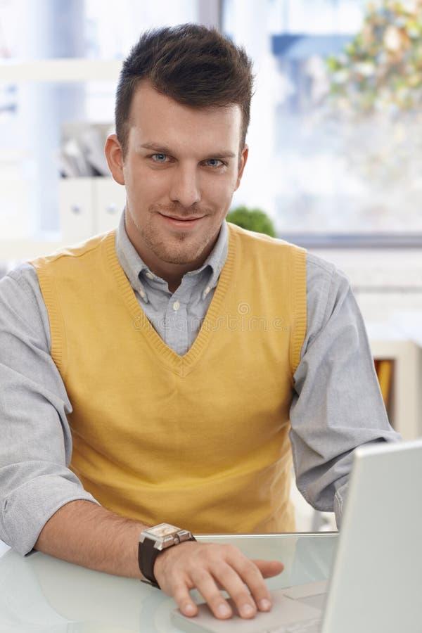 Homem de negócios feliz com portátil imagens de stock