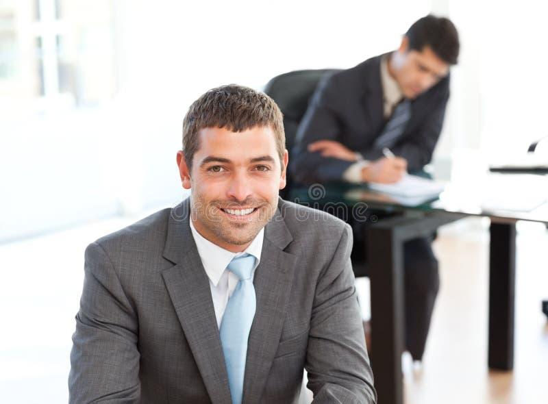 Homem de negócios feliz durante uma reunião fotografia de stock royalty free