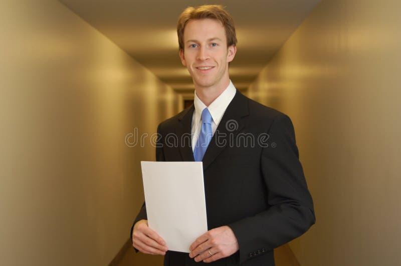 Homem de negócios feliz no corredor foto de stock royalty free