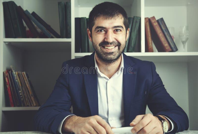 Homem de negócios feliz no escritório foto de stock