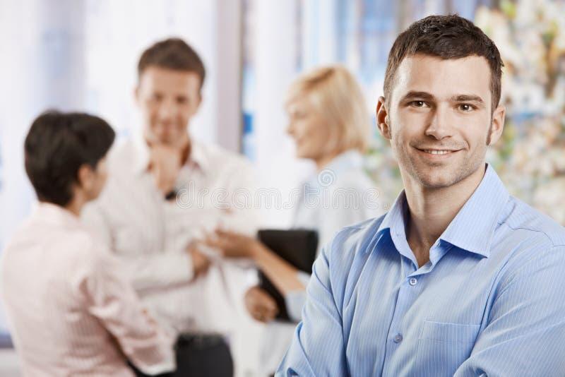 Homem de negócios feliz no escritório fotos de stock