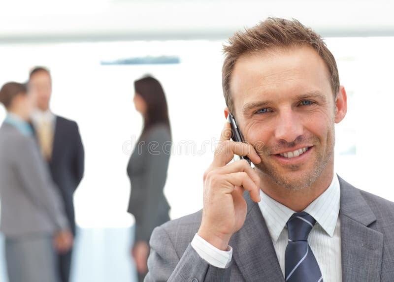 Homem de negócios feliz no telefone fotos de stock