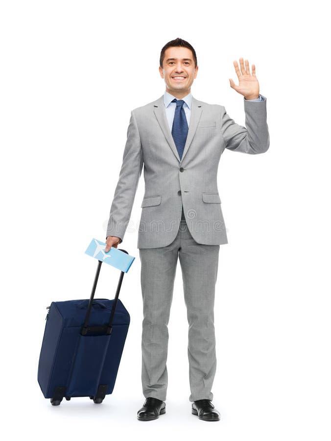 Homem de negócios feliz no terno com saco do curso fotos de stock royalty free