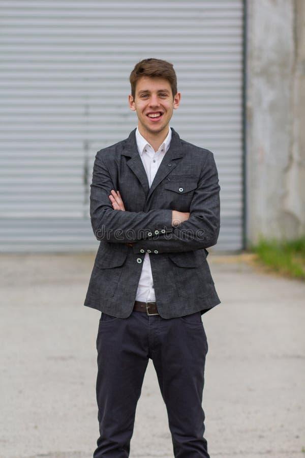 Homem de negócios feliz no terno fora imagens de stock