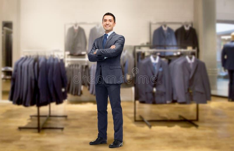 Homem de negócios feliz no terno sobre a loja de roupa imagens de stock royalty free