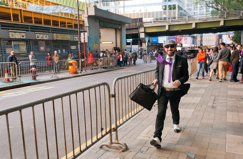 Homem de negócios feliz que anda na área de negócio ocupada da cidade asiática enorme imagem de stock royalty free