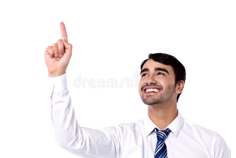 Homem de negócios feliz que aponta para cima imagens de stock