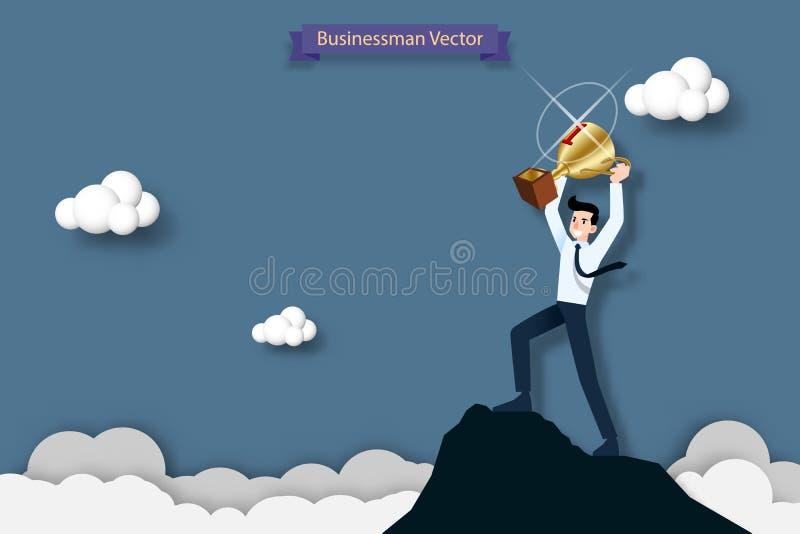 Homem de negócios feliz que guarda um troféu na parte superior da montanha alta Sucesso, objetivo, realização e conceito do desaf ilustração royalty free