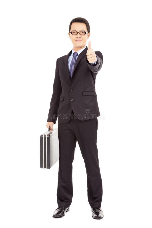Homem de negócios feliz que mantém a pasta e o polegar fotografia de stock