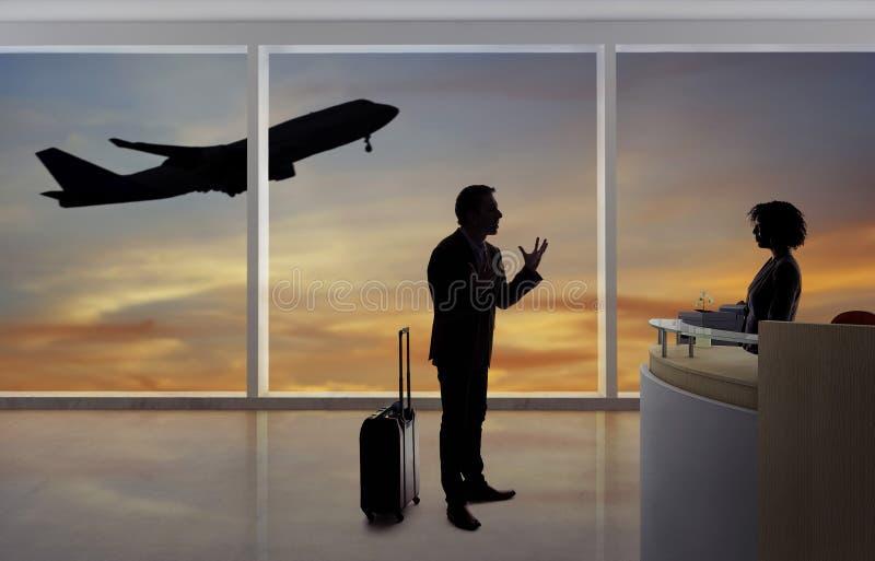 Homem de negócios Fighting com aeromoço ou recepcionista no aeroporto imagem de stock royalty free