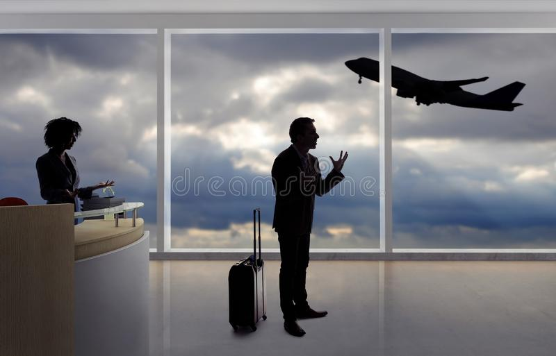 Homem de negócios Fighting com aeromoço ou recepcionista no aeroporto foto de stock