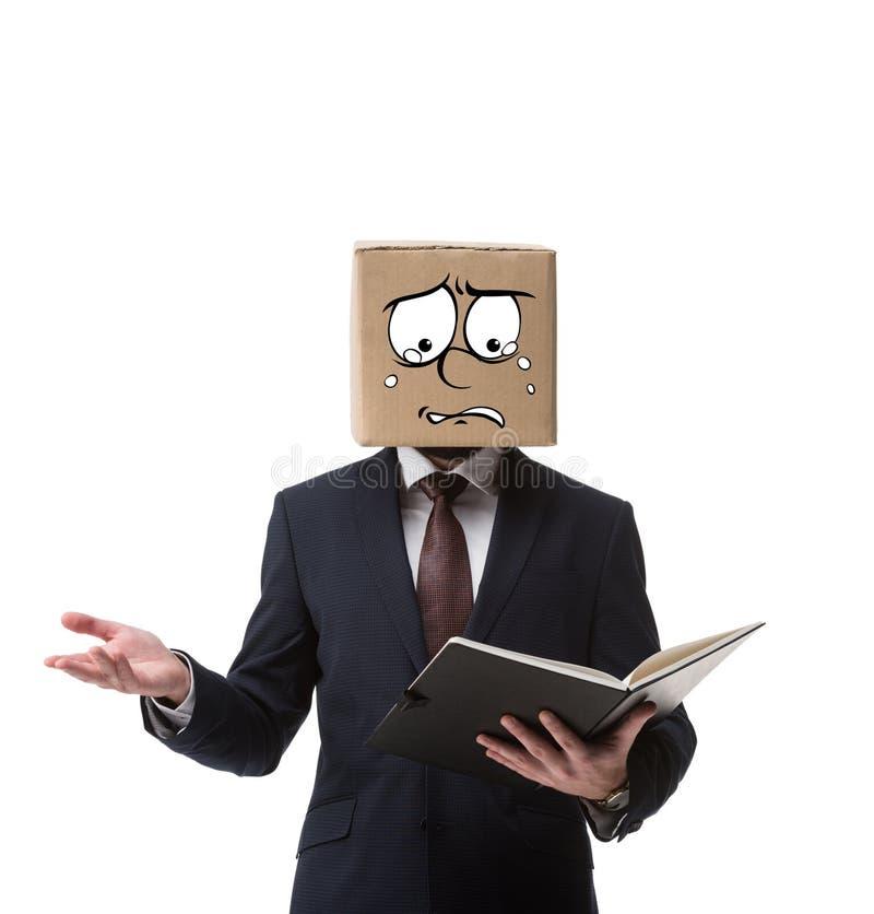 homem de negócios forçado com a caixa de cartão na cabeça que guarda originais no dobrador fotografia de stock royalty free