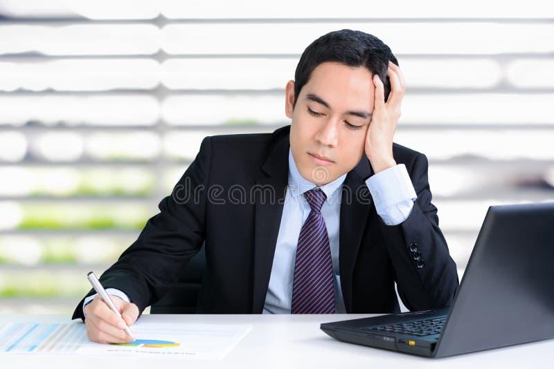 Homem de negócios forçado com mão em sua cabeça foto de stock royalty free