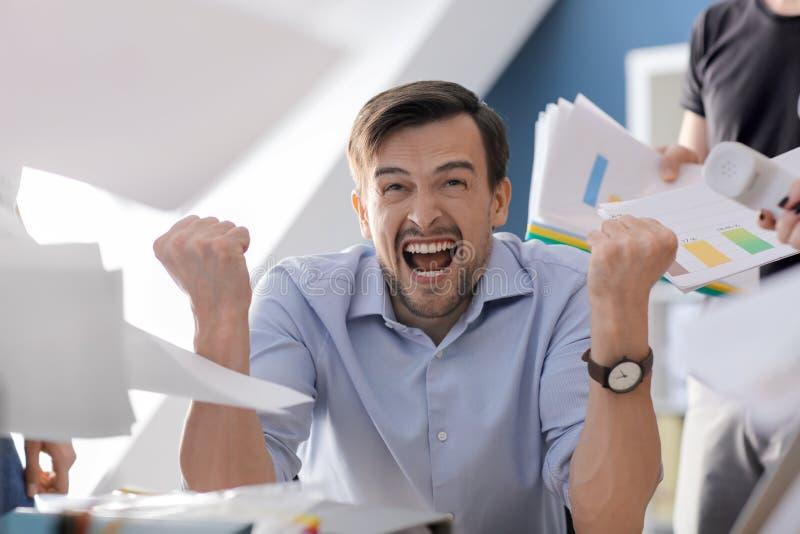 Homem de negócios forçado com muito trabalho no escritório foto de stock royalty free