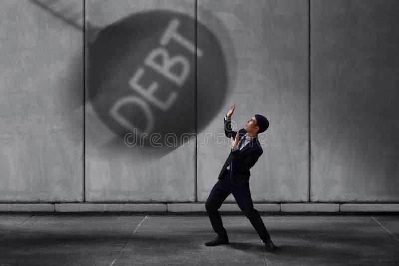 Homem de negócios forçado dentro sob o conceito exercido pressão sobre, Sc pequeno do trabalhador foto de stock royalty free